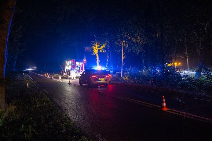 Hulpdiensten op de Kamperweg bij Heerde waar vannacht een ernstig ongeval plaatsvond. De 25-jarige bestuurder van een scooter overleed.