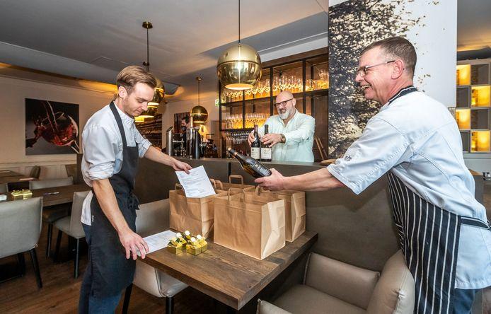 Mike Hoolboom, Bert-Jan de Win en Peter Hoeks (v.l.n.r.) van Restaurant de Zwaan stellen de afhaalpakketten samen.