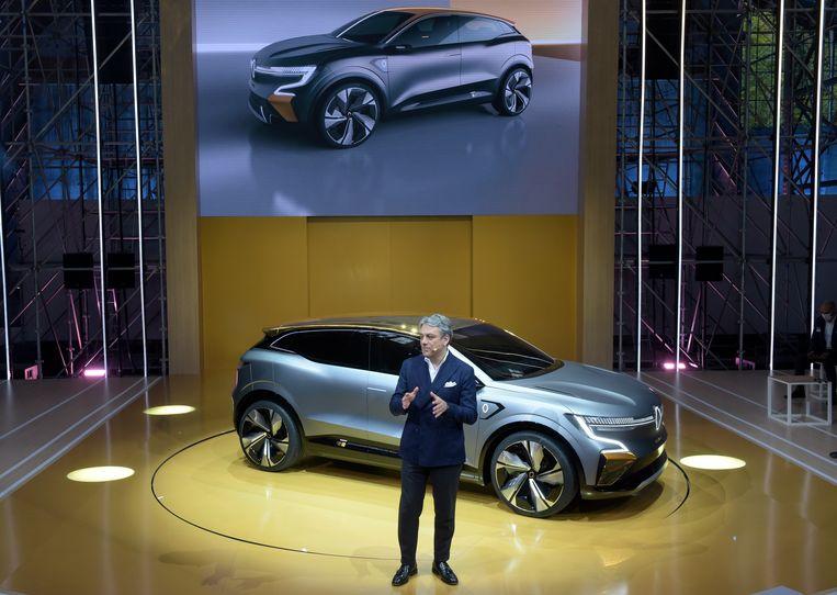 De ceo van de Franse autofabrikant Renault, Luca de Meo, presenteert de Megane eVision op 15 oktober 2020 in Meudon, nabij Parijs. Beeld AFP