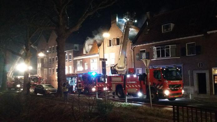De brandweer rukte massaal uit naar de brand in drie woningen aan de Graaf Ottosingel in Zutphen.