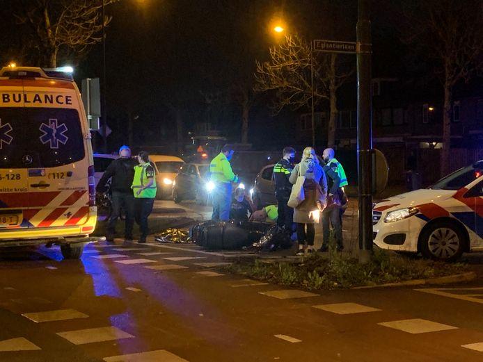 Een scooterrijdster raakte gewond bij een aanrijding met eenauto op de kruising van de Heemradenlaan en de Eglantierlaan in Apeldoorn.