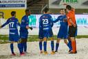 De ploeg van Van den Brom moet op het besneeuwde veld van Moeskroen al voor rust met tien man verder: Carlos Cuesta krijgt rood.