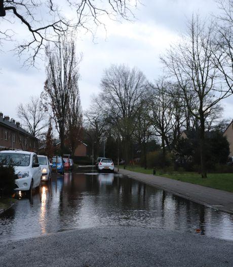 Straten vol water in Nunspeet door lekkage: Vitens onderweg