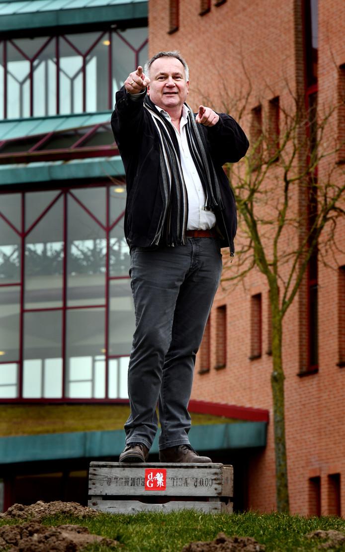 Derk Jan Bult bij het gemeentehuis in Maurik