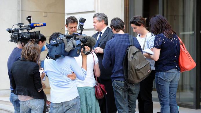 Lombards advocaat Jean Veil (midden) staat de pers te woord na de aanhouding van zijn cliënt.