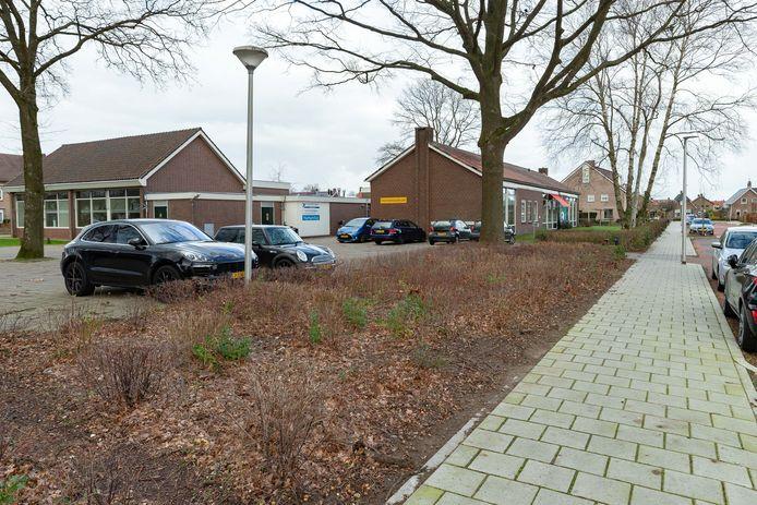 Het Dienstencentrum aan de Berkenlaan in Staphorst gaat  op termijn tegen de vlakte om plaats te maken voor woningen.