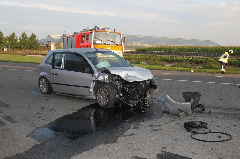 De Ford Fiesta is rijp voor het schroot na de klap op het kruispunt in de Ruiseledesteenweg.
