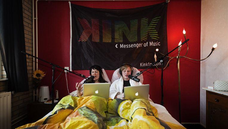 Een radiouitzending van Kink FM werd afgelopen zomer vanuit bed gepresenteerd vanwege de Nationale Uitslaapdag. © ANP Beeld