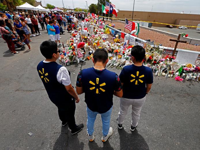 Werknemers van Walmart in El Paso staan bij een bloemenzee voor de slachtoffers van Crusius in El Paso. In totaal vielen daarbij 22 doden.