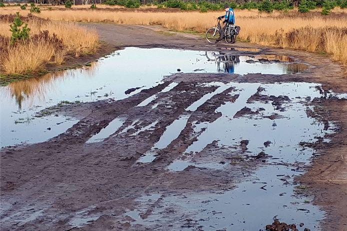 Plassen water op het pad op de Strabrechtse Heide (archieffoto).