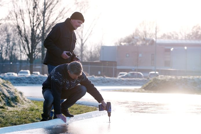 Met een boormachine wordt in 2017 gekeken of het ijs op de schaatsbaan in Doetinchem dik genoeg is. Archieffoto: Jan Ruland van den Brink