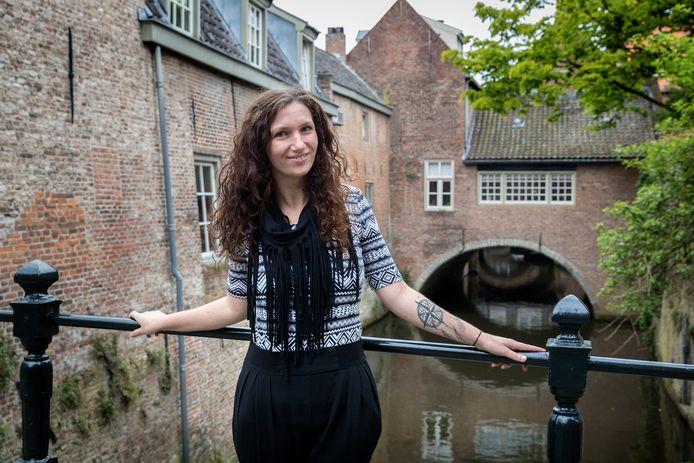 Jessica Lokker in de Uilenburg, een van haar favoriete plekjes in de stad.