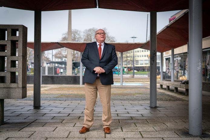 """Ex-wethouder Hans De Vroome (D66) bij de AKU-fontein op het Gele Rijdersplein, waarvan de nog door hem nagestreefde opknapbeurt aanstaande is. ,,Ik zie veel constructiviteit, maar ook wel destructiviteit."""""""