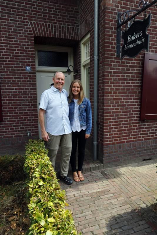 Dan Wegman en zijn dochter Karina op de plek waar Dan's vader ondergedoken zat.