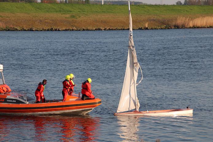 Het zeilbootje is rechtop gezet en door de reddingboot op sleeptouw genomen.
