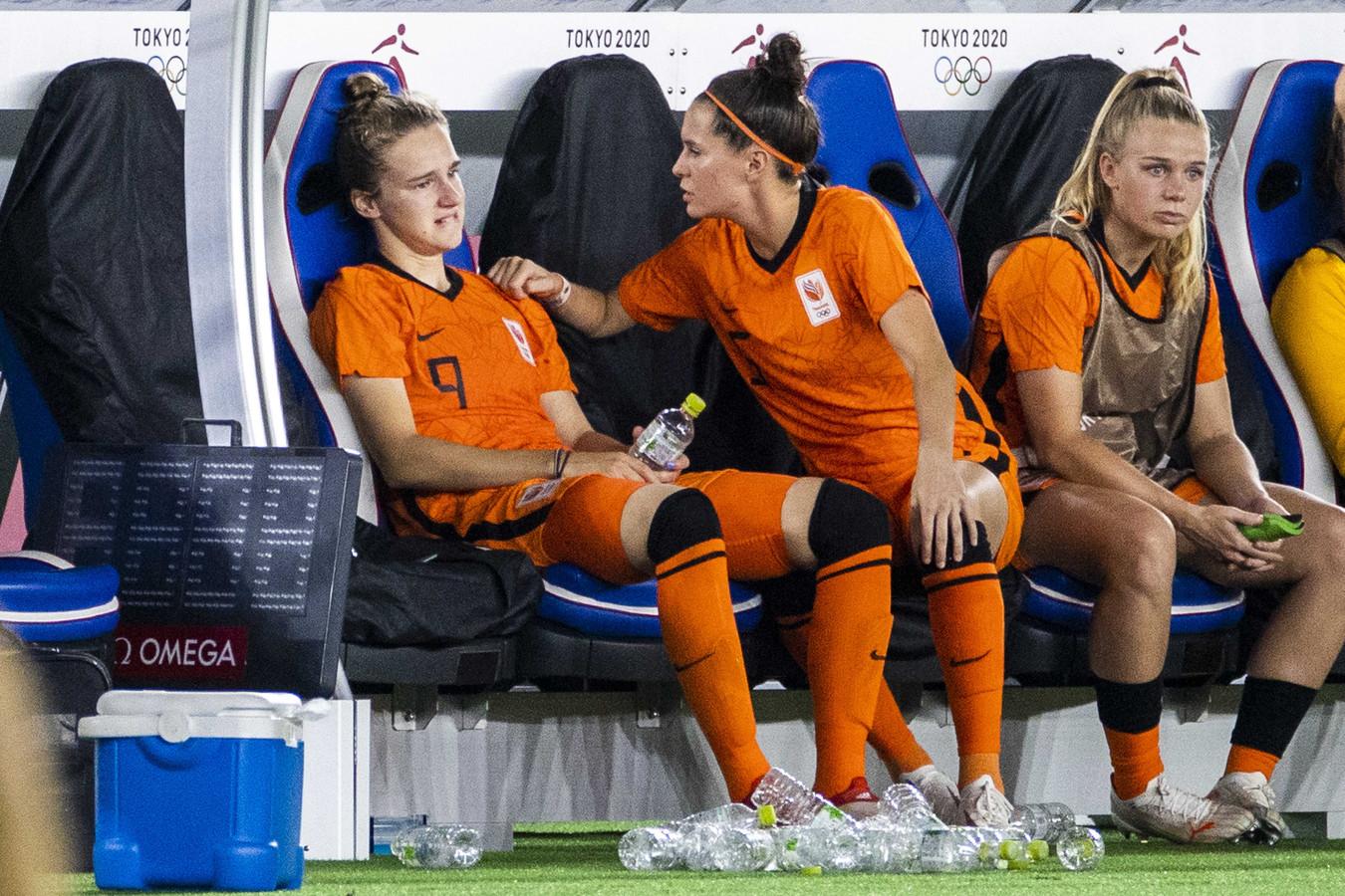 Merel van Dongen probeert Vivianne Miedema te troosten.