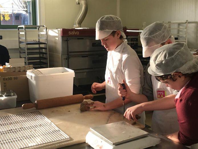 De leerlingen van het Kwadraat bakten zelf koekjes om een schoolradio te financieren.