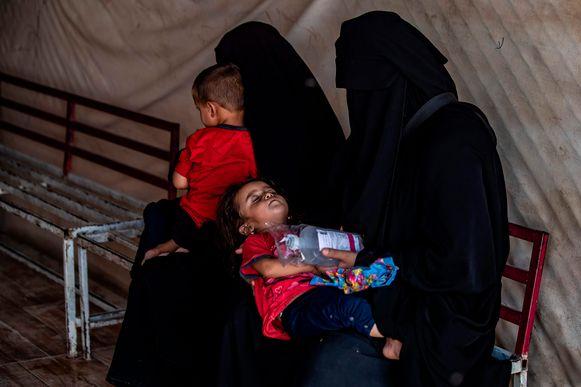 Vrouwen met hun kinderen in het Al-Hol-vluchtelingenkamp in Syrië.