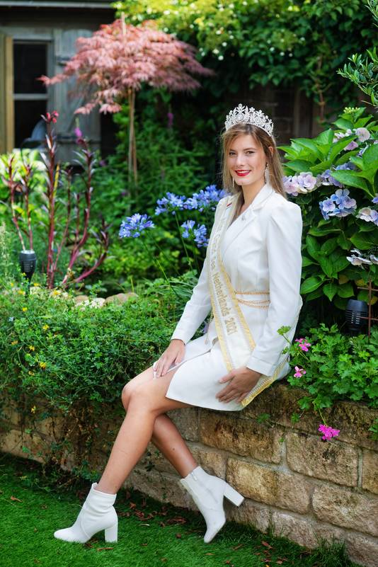 Groesbeekse Lana met de sjerp en kroon die horen bij de titel Miss Grand Sea Netherlands.