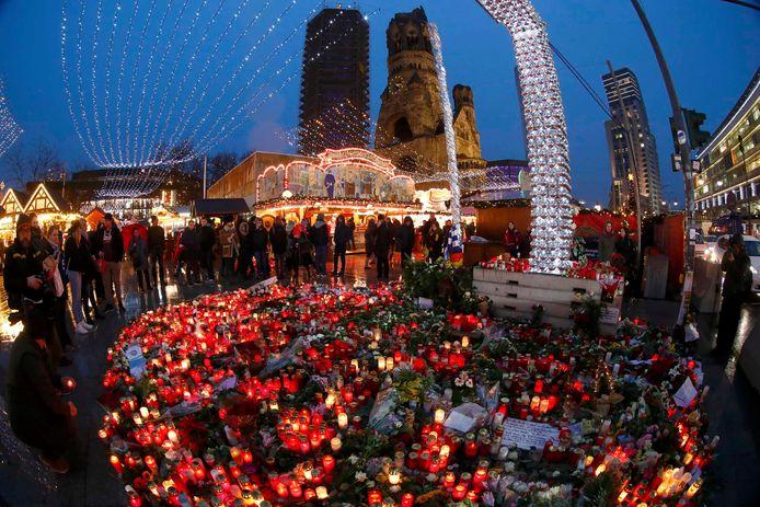 Bloemen en kaarsen in de buurt van de kerstmarkt in Berlijn vlak na de aanslag op 19 december.
