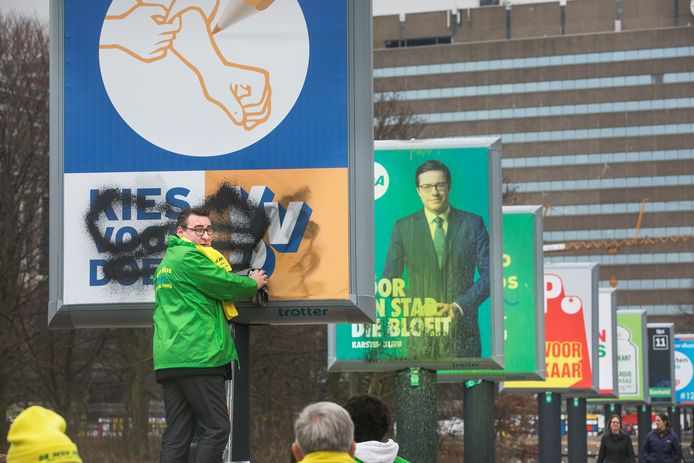 Tijdens de Haagse verkiezingscampagne van 2018  maken Richard de Mos en andere leden van zijn partij bekladde verkiezingsborden aan de Koekamp schoon.