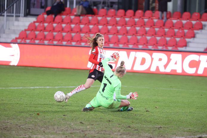 Joëlle Smits scoort de 1-1 voor PSV tegen PEC Zwolle in de derde ronde van de eredivisie cup.