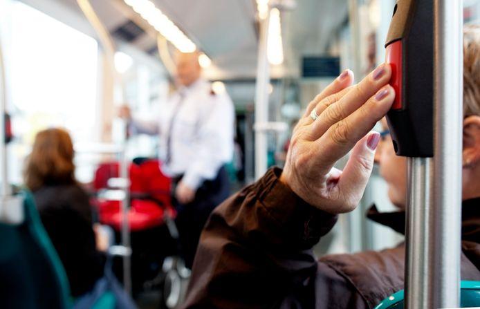 Om coronatekorten op te vangen wil de metropoolregio de controle in de tram en metro flink verminderen.
