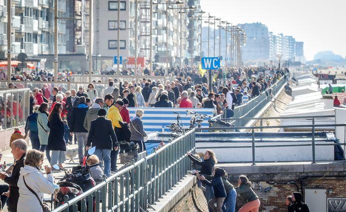 De vervroegde opening van de terrassen lokte heel wat volk richting Middelkerke