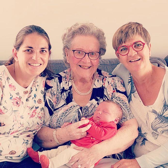 Mama Lynn Van Driessche (34), overgrootmoeder Irène D'Haenens (91), en grootmoeder Hilde Bosman (60) en de pasgeboren Louise Govaert.