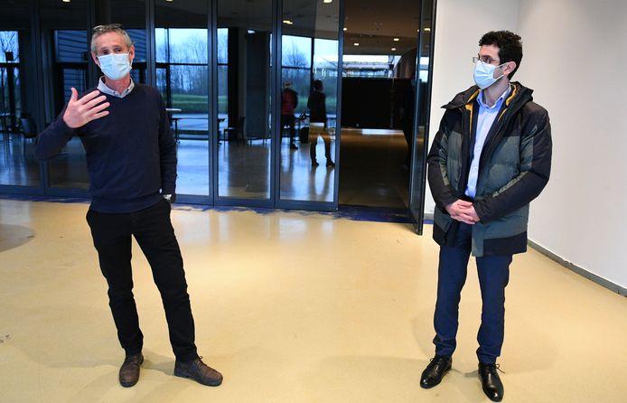 Bart Tirez van Eerstelijnszorg Leuven en burgemeester Mohamed Ridouani (Vooruit) in het vaccinatiecentrum in de Brabanthal dat ondertussen de deuren heeft gesloten.