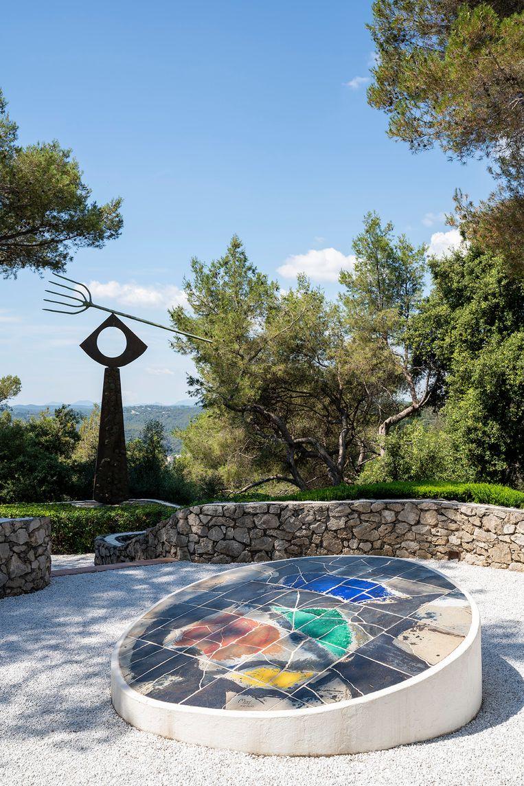 Ook in de weelderige tuinen is alles erop gericht om kunst tot haar recht te laten komen.  Beeld Photo Olivier Amsellem- Archives Fondation © ADAGP, Paris 2021