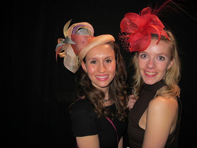 De hoedjes van Eudia; ontwerpster Evelien en vriendin Jacqueline (r). <br /><br /> Beeld null