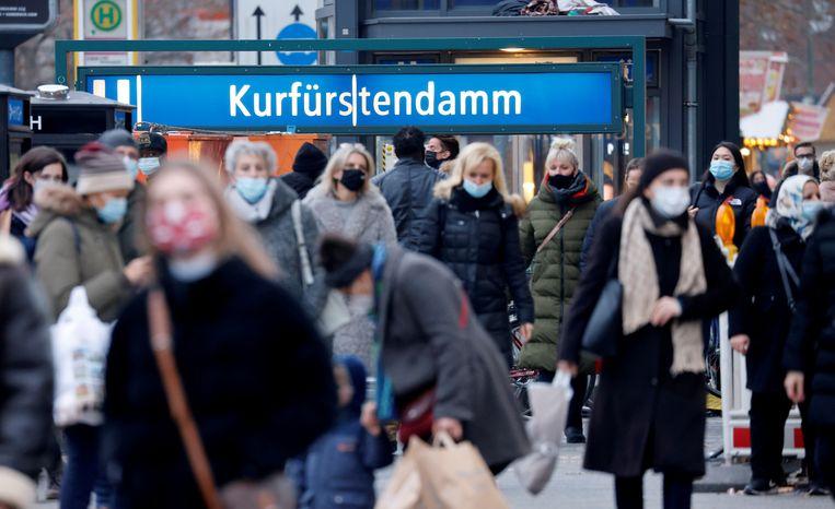 Drukte in de winkelstraat Kurfurstendamm in Berlijn. Het aantal coronabemettingen in Duitsland zit stevig in de lift. Beeld REUTERS