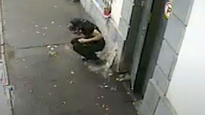 Cet homme s'est relevé au bon moment. Un parpaing a failli s'écraser sur sa tête.