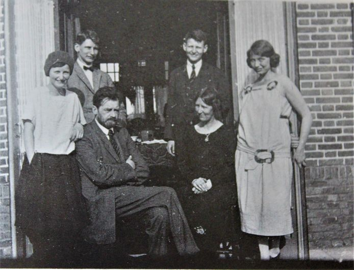 Sebald Rutgers te midden van zijn gezin in Amersfoort, 1926.
