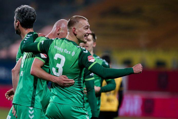 Jasper van Heertum en Elmo Lieftink vieren een goal van De Graafschap tegen Roda JC.