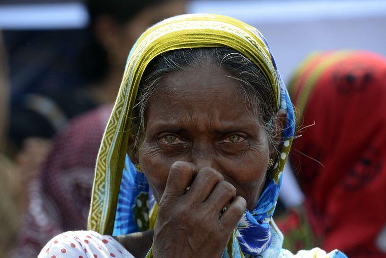 Huilende vrouwen tijdens de herdenking van de ramp met Rana Plaza. Beeld AFP