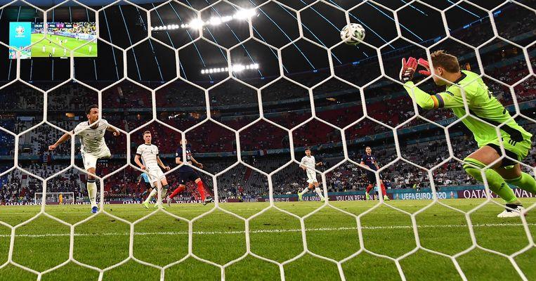De Duitser Mats Hummels passeert zijn eigen doelman Manuel Neuer en zet daarmee Frankrijk op 1-0. Beeld EPA