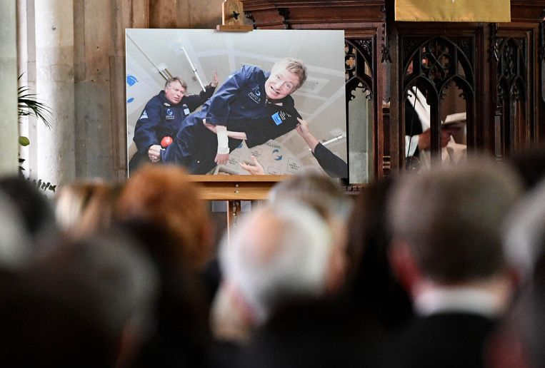 Stephen Hawking op het moment dat hij even gewichtloos in de ruimte zweeft.