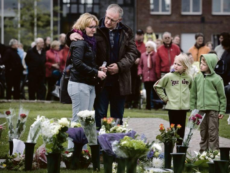 De 23 slachtoffers van de vuurwerkramp werden gisteren herdacht tijdens een sobere plechtigheid. (FOTO KOEN VERHEIJDEN) Beeld