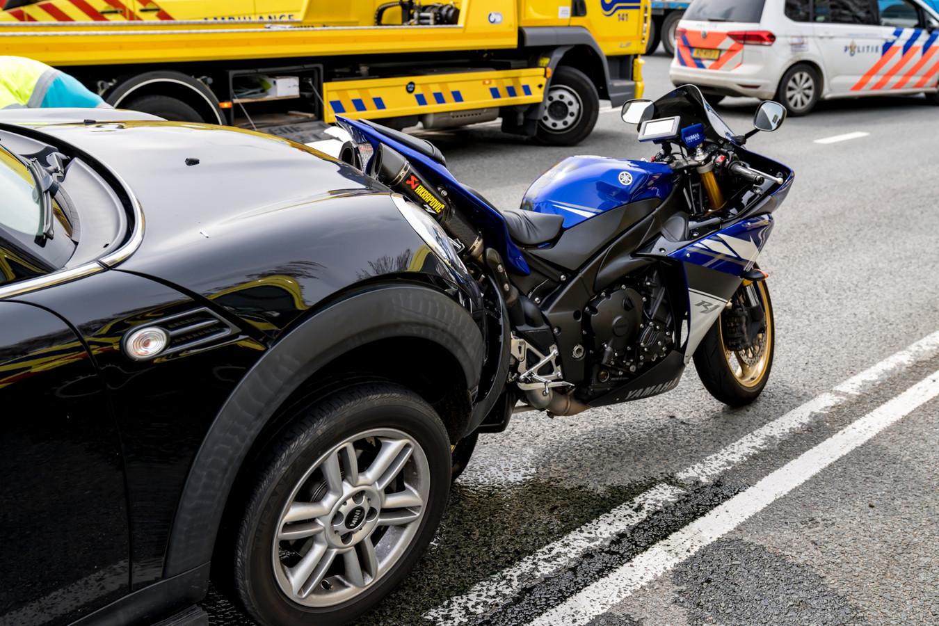 De motorrijder raakte gewond.
