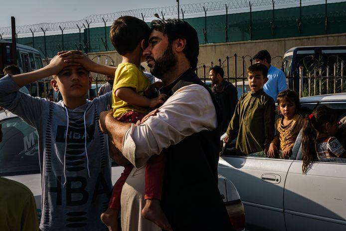 Een man probeert met zijn familie de luchthaven van Kaboel te bereiken om het land te ontvluchten, maar stuit op een checkpoint van de taliban.