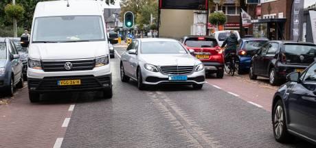 Leusderweg krijgt los- en laadzones: 'Weggegooid geld, er zijn al zo weinig parkeerplekken'
