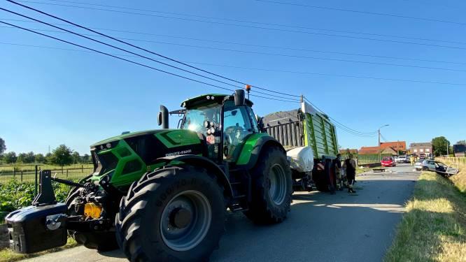 Tractor belandt in de gracht in Vinkenstraat: uitgestrooide 'pesticide' blijkt onschadelijk