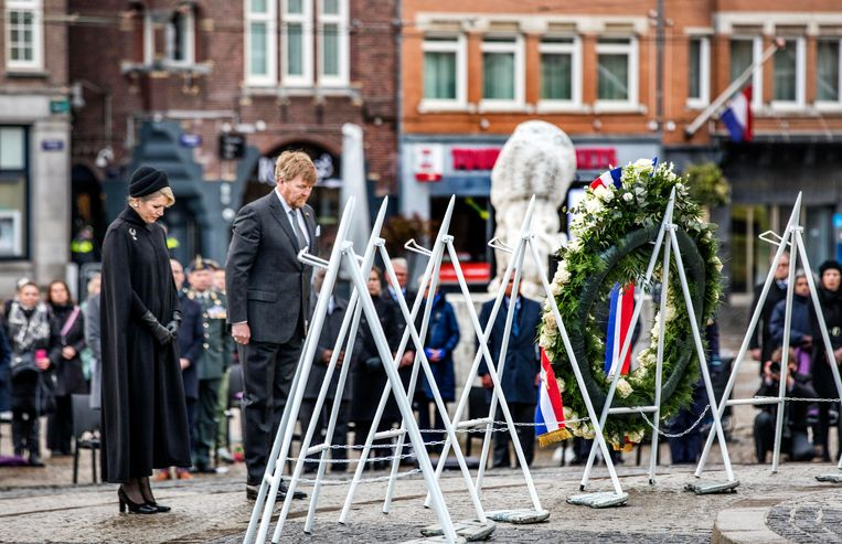 King Willem-Alexander and Queen Máxima lay a wreath.  Due to the corona virus, the commemoration has again been adapted.  Image Raymond Rutting / de Volkskrant