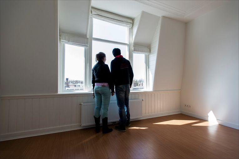 Een woningzoekend stel bezichtigt een koopwoning in Den Haag.   Beeld ANP
