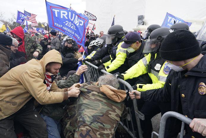 Demonstranten bestormen het Capitool.