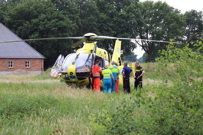 In Milheeze werd een dode man en een zwaar gewonde aangetroffen achter een boerderij aan de Peeldijk.