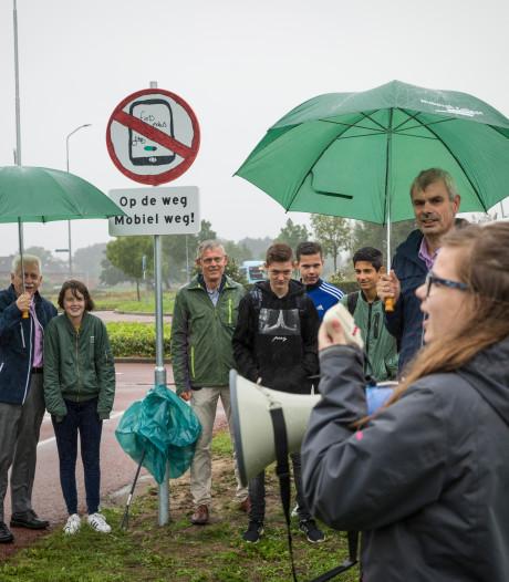 Scholieren ontwerpen verkeersbord in Elburg: 'Wat is nou belangrijker: je telefoon of je leven?'