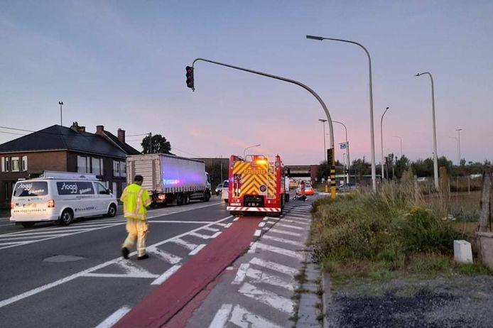 Het ongeval gebeurde toen de bromfietser tegen de rijrichting over het fietspad de oprit van de E40 in Erpe-Mere richting Gent kruiste.